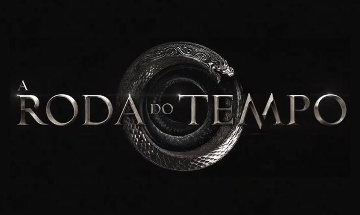 Imagem de capa: fundo preto com uma serpente de metal em espiral, mordendo o próprio rabo e o título em fonte metálica e bronze que diz A Roda do Tempo.