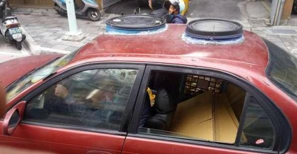 Kakek Ini Memodifikasi Mobilnya Dan Bikin Orang Terkagum-Kagum