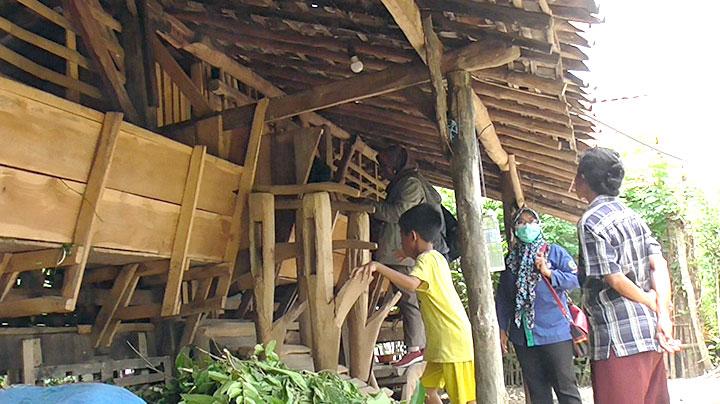 Kandang-kambing-berornamen-krakal-bajak-tradisional