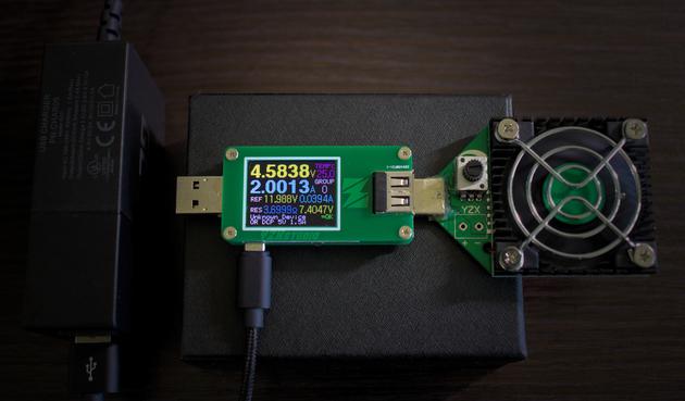 Wskazania miernika po podłączeniu go do miernika przez kabelek GreenCell 1m USB do microUSB w nylonowym oplocie