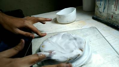 سيليكون أبيض يتم فرده على القطعة بواسطة أصابع اليدين