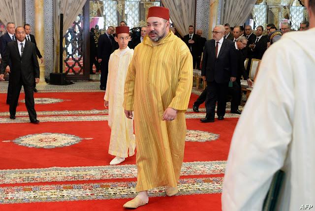 جلالة الملك محمد السادس يوزّع هبات مالية على عائلات فقيرة بالحسيمة بعد انتهاء عطلته