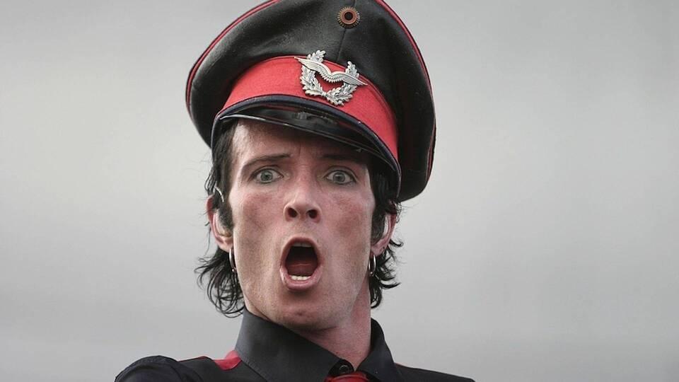 Hombre con sombrero militar