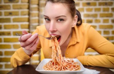 ragazza mangia spaghetti