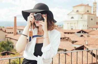 Fotografer wanita yang sedang memotret