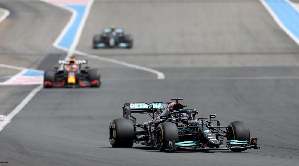Horner disse que Hamilton manter a posição da pista sobre Verstappen teria tornado a mudança para uma ligação de duas paradas mais fácil de fazer