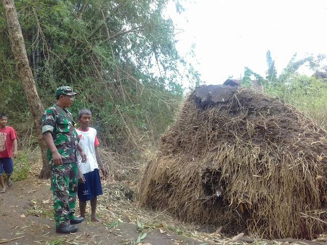 Babinsa Ngandong Bersama Warga Bersihkan Pohon Tumbang Di Jalan