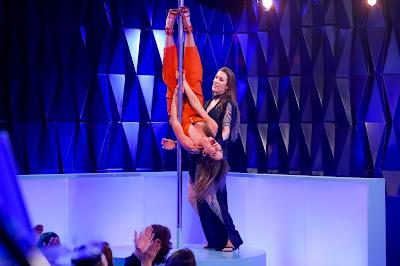 Patricia se arrisca no pole dance (Foto: Gabriel Cardoso/SBT)