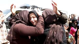 Como represalia, la organización extremista encerró a las jóvenes en jaulas de hierro y las quemó vivas.