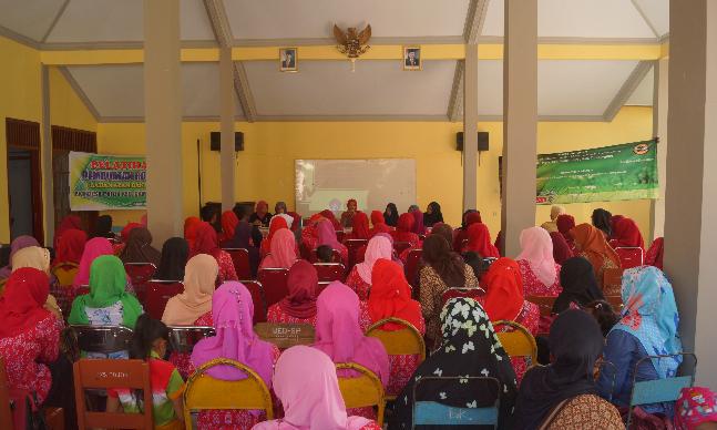 """Indikatormalang.com- Kuliah Kerja Nyata (KKN) Kelompok 56 Universitas Muhammadiyah Malang (UMM) menggelar pelatihan pengolahan hasil pertanian jagung menjadi selai di Desa Pojok Kec. Campurdarat Kab. Tulungagung pada tanggal 12 Agustus 2017.  """"Pemanfaatan hasil pertanian pada hari ini adalah sebagai bentuk kontribusi kami untuk masyarakat Desa Pojok"""" ungkap Galih ketua Devisi Kewirausahaan dan Ekonomi (12/08/2017).  Jagung menjadi komoditi utama di Desa ini, sehingga mendorong kami untuk mengadakan pelatihan agar jagung bisa menghasilkan ekonomi yang menjanjikan,"""" tambahnya.  Pelatihan pemanfaatan jagung menjadi olahan selai diharapkan dapat medorong perkembangan ekomoni warga setempat.  """"Harapannya kegiatan ini akan menghasilkan kelompok usaha baru di Desa Pojok,"""" jelas ketua penggerak PPK Desa Pojok.  Reporter: Muh. Ainul Basyirah Editor: Mas'udi"""