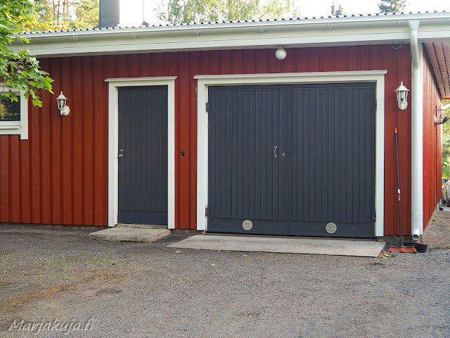 Talon varastojen ja tallin ovien maalaus Colorian Deco akva tummanharmaalla