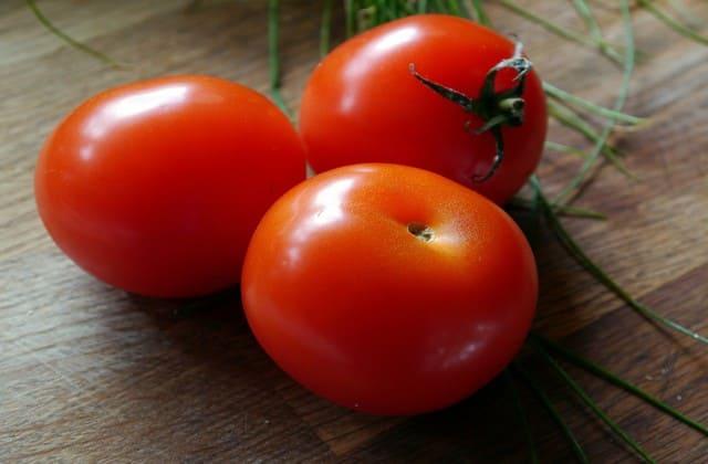 Tomat, meskipun harganya sangat terjangkau tapi punya manfaat yang luar. Kandungan potassium pada buah ini bisa untuk mengatasi hipertensimu