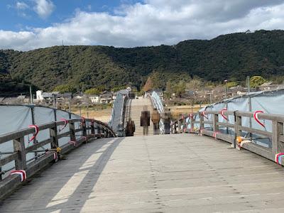 錦帯橋を渡る