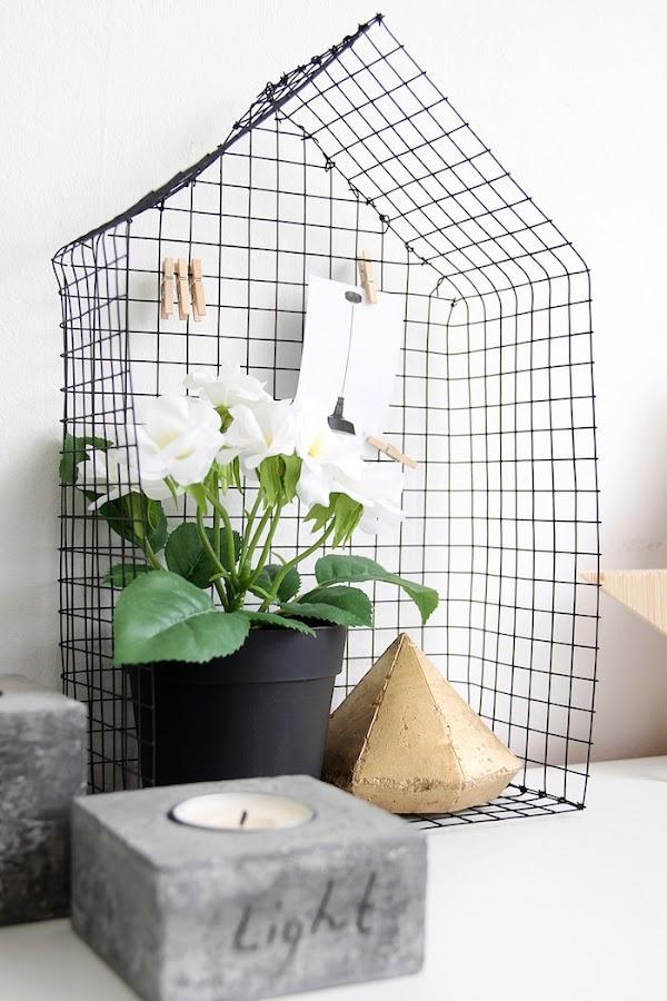 DIY casita metálica decorativa con flores y notas