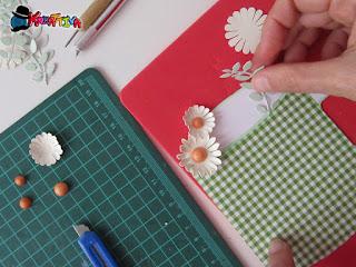 comporre il biglietto d'auguri con i fiori di carta realizzati