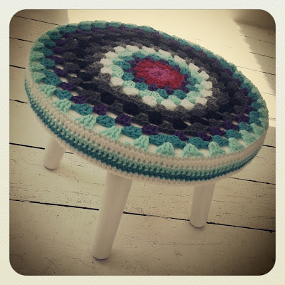 ByHaafner, crochet, granny circle, crochet cover, thrifted stool