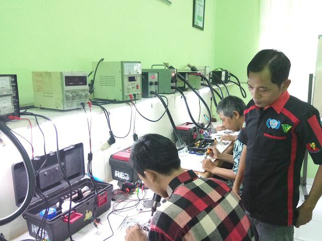 Tips agar pemakaian handphone awet ala Rusdi sang mentor servis handphone