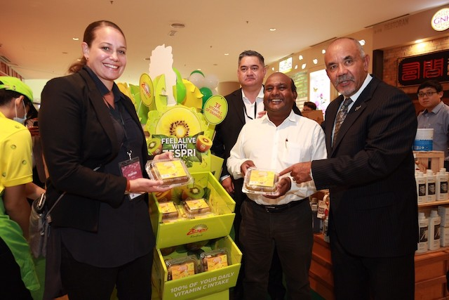 Maori Development Minister, Te Ururoa Flavell (right) showcasing the all-time favourite Zespri kiwifruits that are available at the Taste New Zealand Fair at all Jaya Grocer outlets nationwide until 21 May 2017.