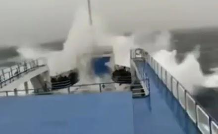 Στιγμές που κόβουν την ανάσα από πλοίο που παλεύει με τα κύματα εν μέσω κυκλώνα