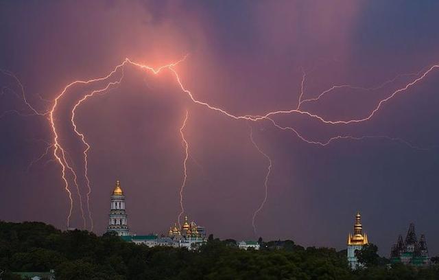 Дощі із грозами повертаються в Україну: Синоптики дали прогноз погоди на сьогодні