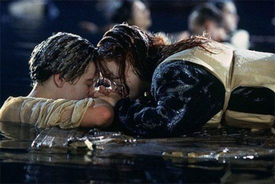 Titanic - Cena Jack Rose porta madeira boiando agua