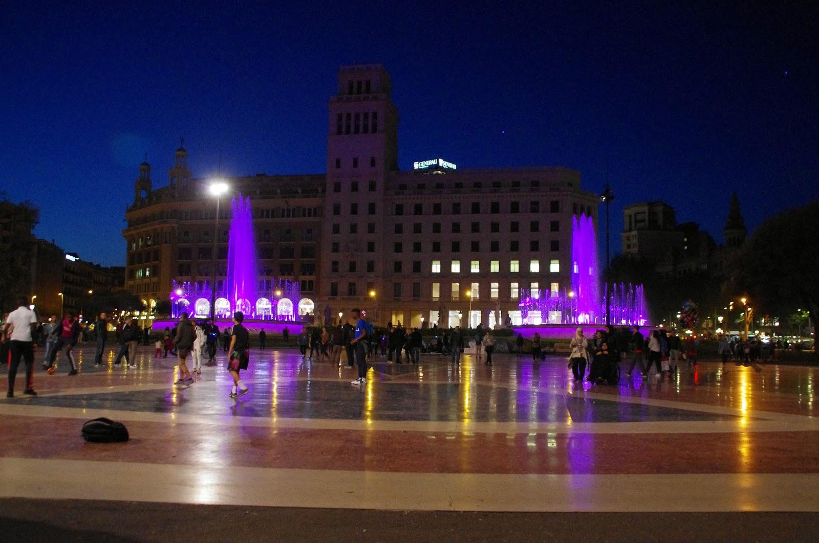 Plaça de Catalunya at night