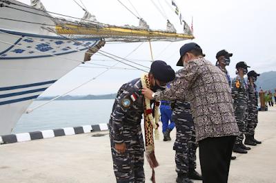 Satgas Pelayaran KRI Bima Suci saat diterima pejabat daerah di Lampung