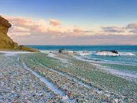 Fakta di Balik Pantai dengan 'Pasir' Berwarna di Rusia