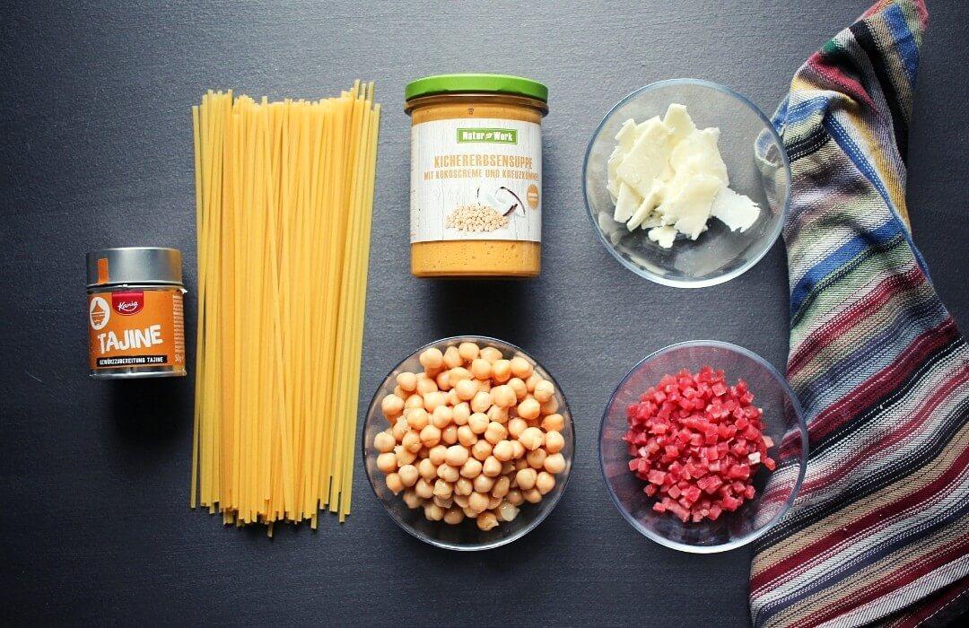 Nudeln-Kichererbsen-Soße-Zutaten