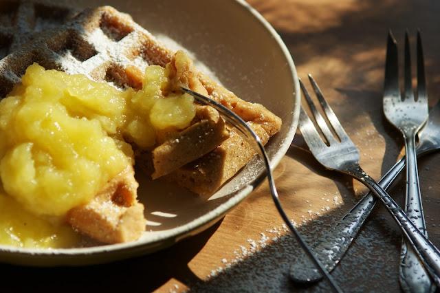 Erdnussbutterwaffeln mit Apfelmus