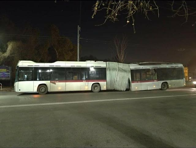 Si rompe lo snodo del filobus in servizio