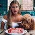 Influenciadora vegana come carne por 30 dias e diz aos fãs que se sente mais saudável do que nunca