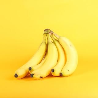 هل الموز يسبب أم يخفف الإمساك؟