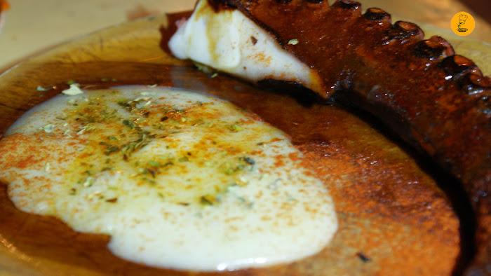 Pulpo a la brasa con puré de patata (8€) en Rosi la Loca Madrid