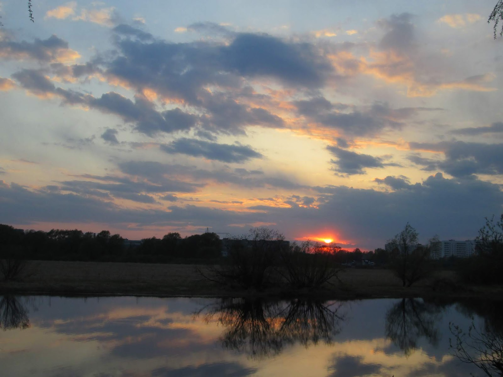 Красный вечерний закат солнца над рекой