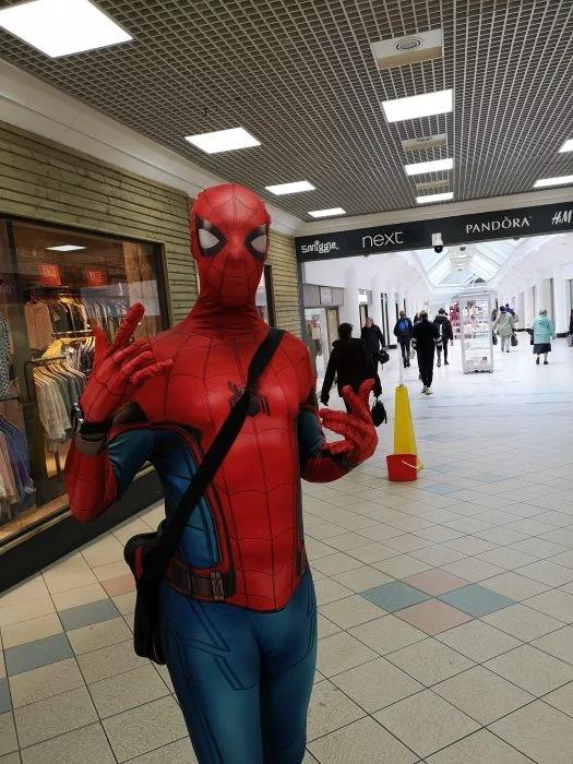 Se disfraza de Spider Man y les hace las compras a quienes están en cuarentena