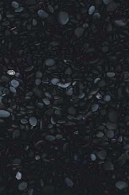 احجار متداخلة بلون ازرق واسود