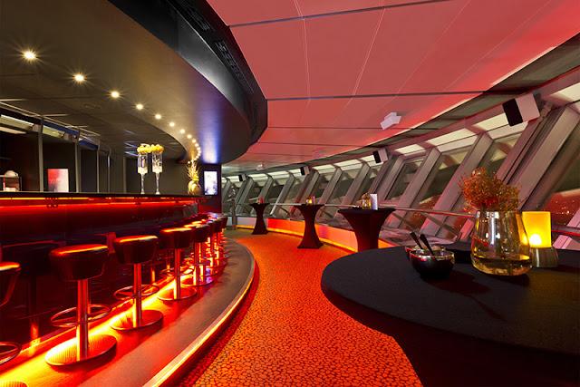 Área interior do restaurante de luxo da Torre de TV em Berlim