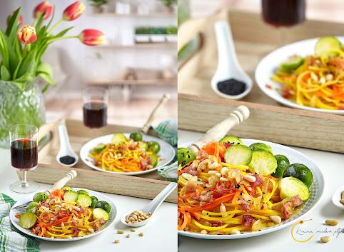 Brukselka z szynką na marchewkowym spaghetti
