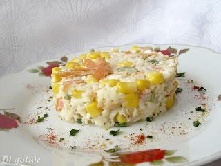 Sałatka z ryżem i wędzonym łososiem