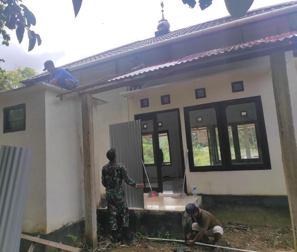 Kompak Dengan Warga, Satgas Yonif 642 Gotong Royong Rehap Surau