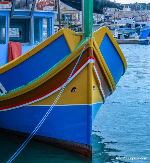 Um  luzzu (barco típico de Malta), com os olhos de Hórus pintados na proa pra espantar os maus espíritos do mar