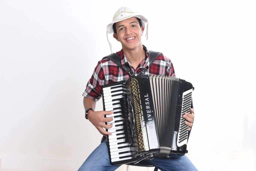 """No ano de 2020 Júlio Dourado emplacou seu primeiro sucesso: """"Vaqueiro de wifi"""", canção dançante e que conta a história dos vaqueiros no século 21. A música caiu no gosto popular, tocada em todo o Brasil e recebendo o prêmio """"Música do ano"""" da Rádio Líder FM de Irece."""