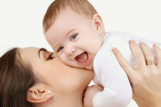 Tips Cara Aman Membantu Bayi Sendawa