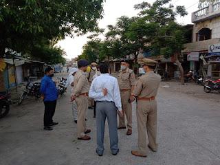 अपर पुलिस अधीक्षक जालौन द्वारा पुलिस बल के साथ जालौन में पैदल गस्त कर संदिग्ध व्यक्ति/वाहन चेकिंग की                                                                                                                                                                          संवाददाता, Journalist Anil Prabhakar.                                                                                               www.upviral24.in