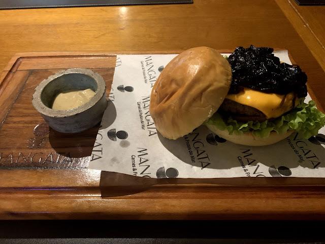 hamburguer artesanal em uma tabua
