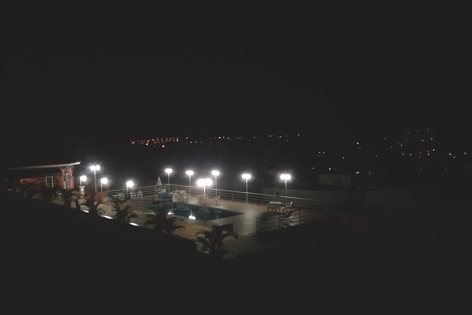 luzes da piscina a noite