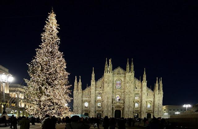 Árvore de Natal na Piazza del Duomo em Milão