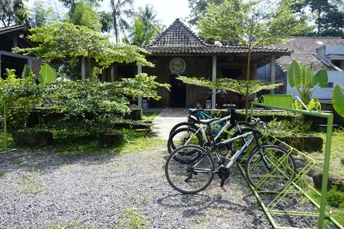 Parkir sepeda di kedai Dongeng Kopi