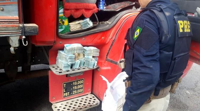 PRF apreende quase R$ 500 mil escondidos na cabine de um caminhão na BR-287
